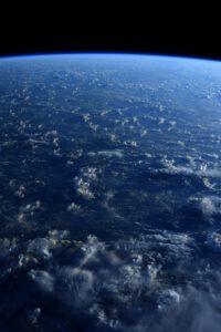 Modrá planeta. Nikde v dohledu není jediný kus pevniny. Dokonce ani z výšky 400 km. Mé myšlenky jsou se všemi těmi nebohými námořníky minulosti, kteří se plavili nekonečnými oceány. Zdroj: flickr.com
