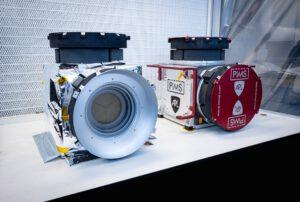 Vlevo letový hardware přístroje PIMS, vpravo pak testovací kus.