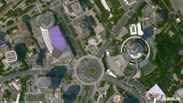 Na obrázku je monumentální televizní věž Oriental Pearl Tower, která je vysoká 468 metrů. Její návštěvnost přesahuje 3 miliony lidí ročně. Kousek od ní je možné vidět kruhový objezd Mingšu.