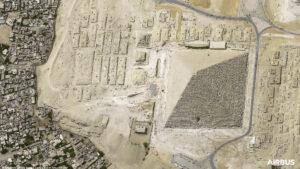 Velká pyramida v Gíze, tak jak jí z výšky 620 km vyfotila družice Pleades Neo-3.