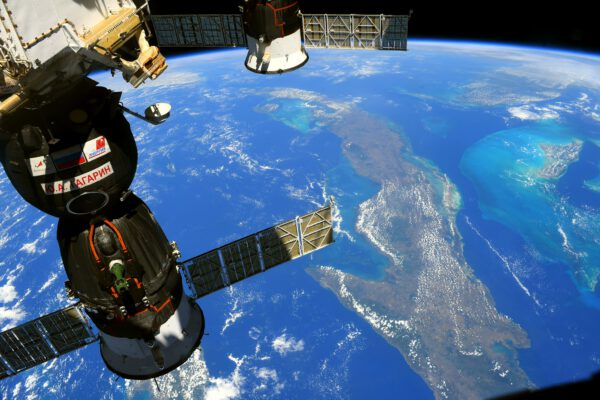 S tímto pohledem se mi vrací vzpomínky na můj první let ke stanici v Sojuzu v roce 2016. Tahle loď ale patří Olegovi, Pjotrovi a Markovi a tady ji vidíme letět nad pobřežím Kuby. Jmenuje se Ю. А. Гагaрин (J. A. Gagarin) po prvním kosmonautovi, který letěl na orbitu před šedesáti lety. Zdroj: flickr.com