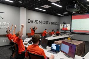 Operační tým Ingenuity slaví první úspěšný motorický let na Marsu