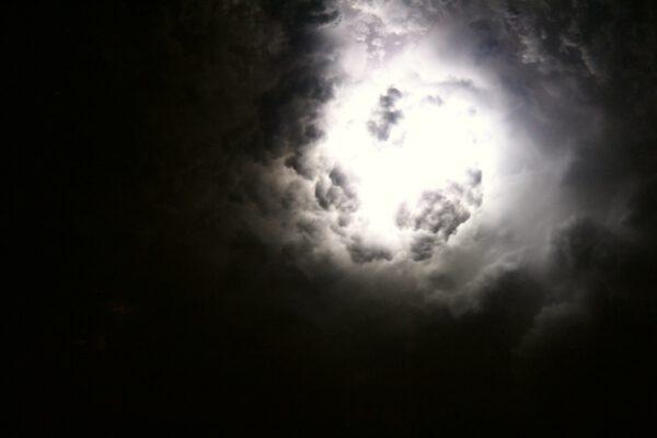Tento snímek bouře s blesky je úmyslně nevycentrovaný. Vlevo dole probleskují světla obydlí, abyste měli lepší představu, jak obří ty bouře jsou. Zdroj: flickr.com