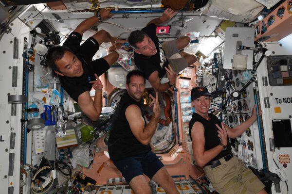 Tady je vidět, že situace na Zemi se prolíná i s životem astronautů. Zatímco posádka Crew-1 vzkazuje, že mají za sebou první dávku očkování proti nemoci Covid-19, tak astronauti na to reagují na fotografii ukázkou svých anitiCovid svalů a dvěma vztyčenými prsty - No jo... dvě dávky ;) Zdroj: flickr.com