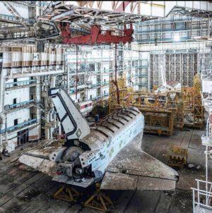 V budově číslo 80 jsou uloženy dva raketoplány. Ten v zadní části (blíže) je označen jako OK-1.02 (1K2). Model v přední části byl pouze demonstrátor a nese označení OK-MT.