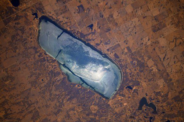 Souboj mezi jarem a zimou se projevuje i na tomto ledem pokrytém jezeře v kanadě. Zima tam ještě neskončila. A vzhledem k tomu, že Kanada je opravdu zemí tisíců jezer, tak najít to správné se nám nepodařilo... Zdroj: flick.com