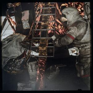Astronaut Gene Cernan během výstupu na měsíční povrch v rámci mise Apollo 17 poznal, kolik prachu se nalepí na jeho skafandr.
