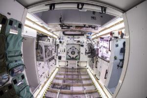 Ještě než dojde k návratu lidí na Měsíc, chce NASA otestovat systémy, které by varovaly posádku, pokud by byla koncentrace prachových částic nad bezpečnou hodnotou. Firma Lunar Outpost Inc. vyvinula senzor Space Canary, který je vidět na tomto snímku. Jedná se o válcové zařízení nad otevřenými dveřmi vpravo.