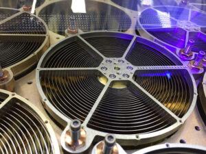 Sestava zrcadel detektoru NICER, která soustřeďuje rentgenové fotony na křemíkové detektory