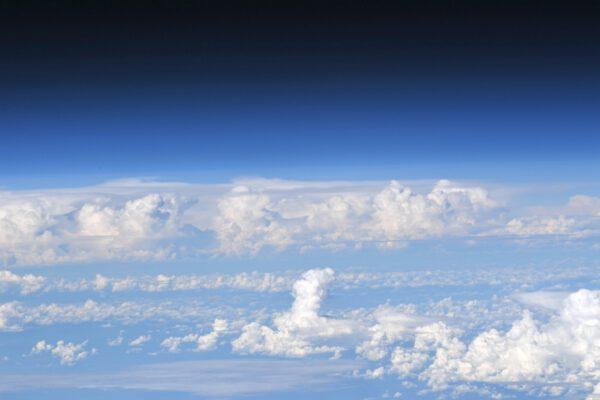 Vždy rád fotím horizont, pokud je to možné. Vidíte, jak se některé mraky tyčí do opravdu velké výšky? A jak modrá barva v atmosféře přechází do hluboké černi kosmického prostoru? Tento obrázek k vám úplně nepřenese ten pocit, jak vypadá modř oblohy pozorovaná pouhým okem z vesmíru, ale snad vám to dokáže alespoň trochu přiblížit.
