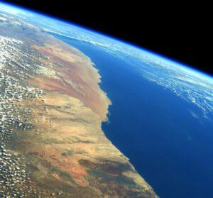 Někdy, když nás trajektorie ISS vede kolem pobřeží, mám dojem, že jsem jak na přídi člunu a že pilotuji letadlo v jednom… Tady jsme letěli nad západní Afrikou. Zdroj: flickr.com