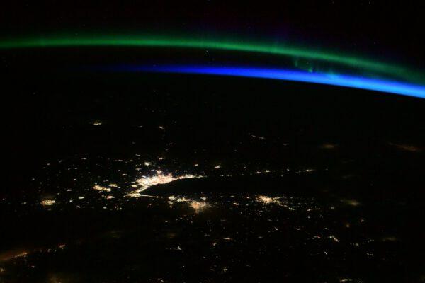 Pohledem na Zemi jsme začali a podobným se i loučíme. Při odletu Dragonu se na obzoru ukázal úsvit a polární záře. Jak dechberoucí pohled to byl. Nádherný dárek na rozloučenou s odlétajícím Dragonem.