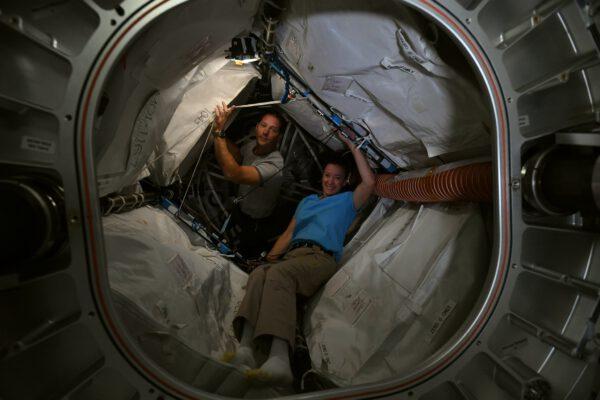 U vstupu do modulu BEAM. Zde Thomas Pesquet s Megan McArthur(ovou). Zdroj: flickr.com
