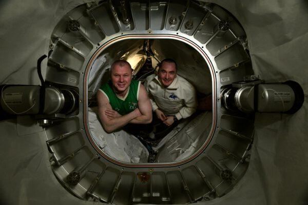 Na ISS jsou i jedny zvláštní dveře, které neotvíráme často, i když nevedou ven. Za nimi se nachází nafukovací modul BEAM. Když tam chceme vlézt, musíme nejdřív odklidit stranou náš cvičební stroj ARED. BEAM je unikátní modul. Byl vyslán na stanici v roce 2016 ve složeném stavu a pak byl výrazně zvětšen jeho objem. Nafukování je vidět na tomto videu: youtu.be/aciRYFKdaRU. To samozřejmě šetří spoustu místa v nákladovém prostoru rakety a mohlo by to umožnit postavit stanice s velkým obytným prostorem. Původně testovací modul nakonec u stanice zůstal, protože se osvědčil a dneska nám velmi dobře slouží jako dlouhodobé skladiště. Otevírání je poměrně složité, a tak se to děje jen jednou za čas. Při té příležitosti jsme si zapózovali u vstupu dovnitř. Využívám této příležitosti, abych vám představil Pjotra Dubrovnika (vlevo Oleg Novickij). Myslím, že jsem vám o něm ještě neřekl. V posádce je nováčkem. Pjotr je živým důkazem toho, že ke kariéře astronauta vás může dovést velmi rozličné vzdělání nebo obor vaší činnosti. Pjotr je bývalý softwarový inženýr. Pokud tedy stále váháte s podáním přihlášky na výběr astronautů ESA, neváhejte! Zdroj: flickr.com