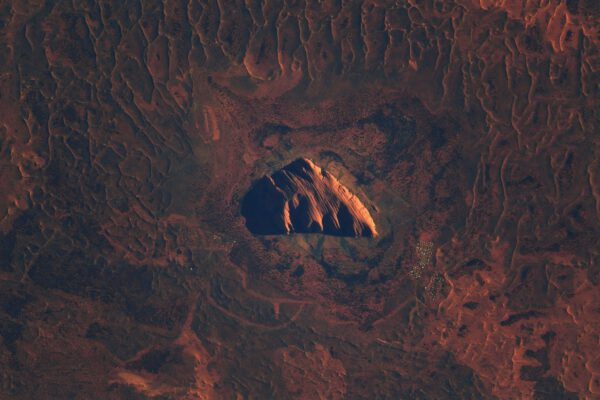 Posvátné místo Uluru v srdci Austrálie patřilo po tisíce let domorodým obyvatelům. Evropští obyvatelé mu dali jméno Ayers Rock (Ayersova skála) a bohužel i přes zákaz často neodolají na něj vylézt. Podívejte, jak mění barvu podle způsobu osvětlení. Zdroj: flickr.com