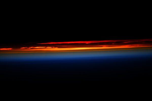 Svítání, nebo soumrak? Na to neexistuje jednoduchá odpověď z jedné fotografie. My můžeme zažít až 16 východů a západů Slunce za 24 hodin. Samozřejmě, východ Slunce máme při našem obletu Země jakoby před sebou, zatímco západ v zádech. Zde se jedná o východ Slunce. Okolní temnota je o něco hlubší, ale svítání je v konečném důsledku ve vesmíru stejně velkolepý zážitek, jako na Zemi. Bon Dimanche! (něco jako Přeji pěknou neděli). Zdroj: flickr.com