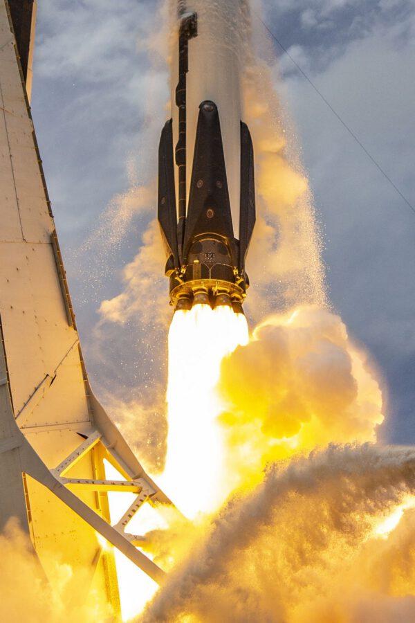 Devět motorů Merlin 1D při startu Falconu 9 s lodí Dragon 2