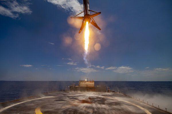 Přistání prvního stupně Falconu 9 z mise s družicí GPS III Zdroj: https://www.flickr.com/photos/spacex/