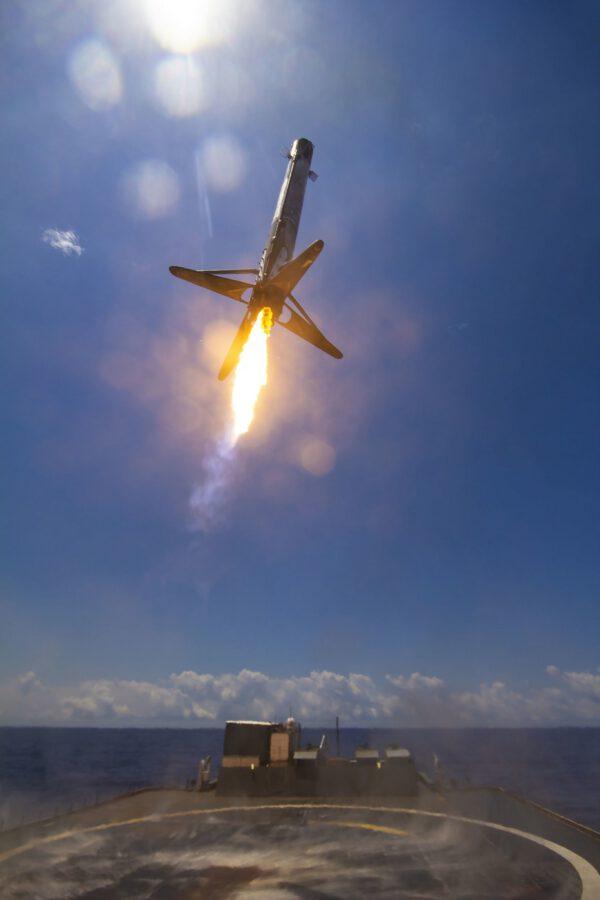 Přistání prvního stupně Falconu 9 z mise s družicí GPS III