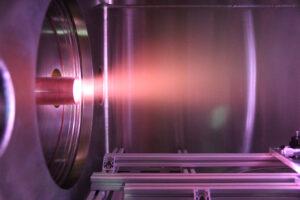 Generátor atomárního kyslíku agentury ESA se snaží napodobovat podmínky, kterým jsou družice vystaveny na oběžné dráze.