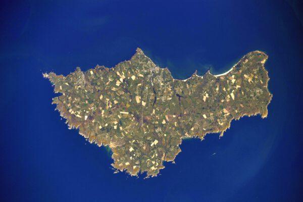 """Belle-Île! Opravdu příhodné jméno. Ve francouzštině to totiž znamená """"krásný ostrov"""". Nachází se v severozápadní části Francie pod Bretaňským poloostrovem. Dostanete se na něj jen lodí, možná takovou, jako je ta maličká, která tam zrovna pluje. Zdroj: flickr.com"""