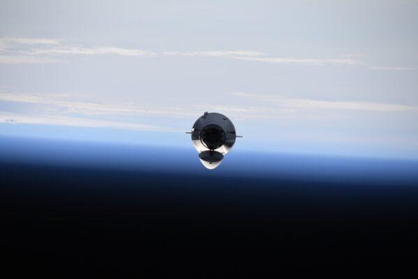 Víkendová událost číslo 1: přílet Dragona! Ten nyní létá ve dvou verzích – pro posádku a nákladní. A teď je na řadě Cargo verze. Loď umí sama zakotvit u stanice, takže s ní máme o to méně práce. To však neznamená, že setkání ISS s kosmickou lodí je rutinní záležitost. Je to velmi zvláštní pocit to sledovat. Malá tečka vás pronásleduje, zvětšuje se a zvětšuje. Pak začne manévrovat kolem, zastaví se a konečně vykoná závěrečný spojovací manévr. V posledních 20 metrech jsem měl pocit, že se ho mohu téměř dotknout, jak živě to působilo. Zdroj: flickr.com