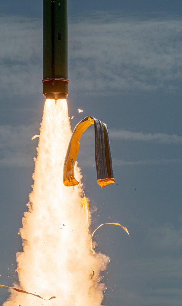 Skvělý snímek odlétající tepelné izolace z prvního stupně rakety Minotaur 1