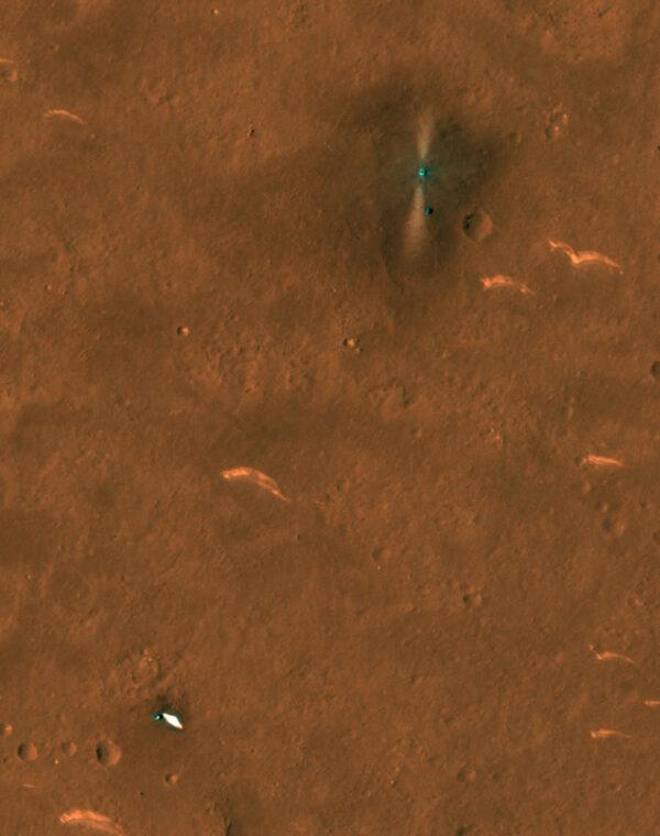 Sonda MRO vyfotila z oběžné dráhy i padák, který dopadl nedaleko místa přistání.