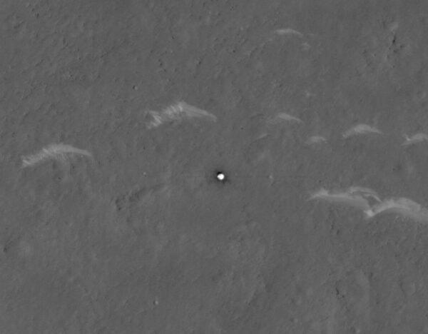 Tepelný štít přistávacího modulu sondy Tianwen 1 vyfocený sondou MRO.