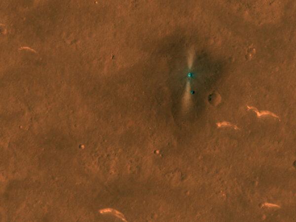 Takto vyfotila sonda MRO 6.6.2021 přistávací plošinu a rover Zhurong.