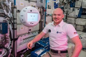 """Německý astronaut Alexander Gerst a jeho asistent CIMON. Podobní robotičtí asistenti budou brzy vítaným pomocníkem, ale také společníkem členů posádek dlouhodobých kosmických misí. Kromě velké zásoby znalostí o systémech kosmické lodi, je v paměti takovéhoto asistenta také pěkná zásoba vtipů. Takový """"kámoš"""" s vámi probere všechna vaše trápení, nebo s ním můžete nezávazně pokecat o tom, co vás zajímá."""