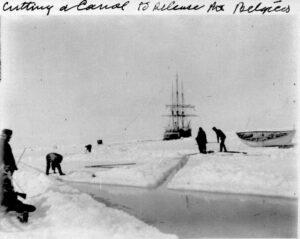 Písemné zprávy o vlivu izolace na zdravotní a psychický stav člověka se objevovaly již koncem 19. stol. Jedním z těchto záznamů jsou poznámky Fredericka Cooka, který se zúčastnil polární expedice na lodi Belgica.