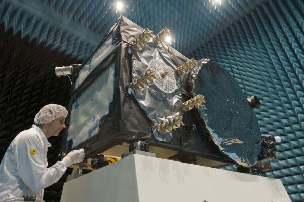 Družice Galileo v komoře Maxwell.