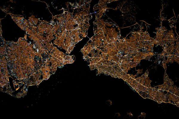 Poznáváte toto velkoměsto? Tento stát řadíme do Evropy, a přitom toto město není zcela evropské. Dva mosty, dva kontinenty. Úžina Bospor a moře nahoře na snímku je velmi tmavé, zcela odpovídající svému názvu (Černé moře). Ano, jde o turecký Istanbul. A fotografii pořídil Thomas večer během začátku Mistrovství Evropy ve fotbalu, kdy Itálie hostila Turecko. Zdroj: flickr.com