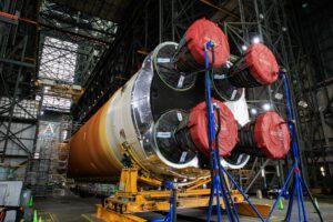 Centrální stupeň rakety SLS pro misi Artemis I v hale VAB.