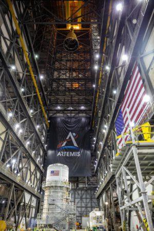 Zvedání adaptéru LVSA v hale VAB. Dole je vidět horní stupeň ICPS.