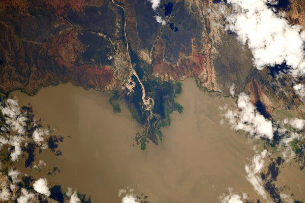 Díváte se na ústí řeky Kisigo v Tanzanii. Vlévá se do jezera Mtera a její voda plná sedimentů ji zviditelňuje zejména vůči okolní zeleni. Vodní nádrž Mtera je poměrně malá ve srovnání s obřími jezery Ukereve, Malawi a Tanganika na hranicích Tanzanie. Přesto je nejméně dvakrát větší než Lipno. Zdroj: flickr.com