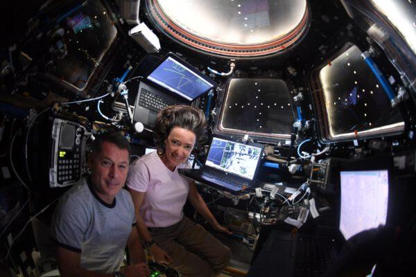 Megan a Shane sledovali přílet Dragonu z modulu Cupola. Kouzelná dvojka, co říkáte? :) Zdroj: flickr.com