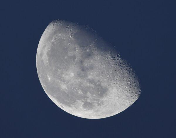 Měsíc při pohledu z ruského segmentu stanice. Kromě okének směřujících dolů k Zemi, jako americký modul Destiny nebo Cupola, má i okénka do boků. Díky tomu se jimi dobře sleduje vesmír a zvláště Měsíc. Raději fotit přes okno stanice než z povrchu Země. (Astronom si jistě všimne, že obraz je podezřele ostrý, na to, že je to přes okno. Není zde už pak nic, zatímco nám dole vadí při fotografování chvění atmosféry). Za pár let se k Měsíci vrátíme a snad i přistaneme. Budeme mít stanici na jeho oběžné dráze, budeme využívat zdroje in-situ, vybudujeme systém navigačních a telekomunikačních družic na jeho oběžné dráze nazvaný Moonlight… Zdroj: flickr.com