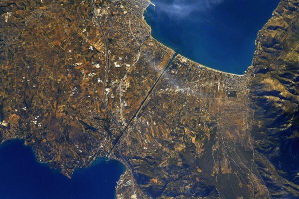 Korintský průplav je velmi působivá stavba – rozděluje svými vysokými útesy pevninu na dva kusy jako meč. Pouhým okem si jej z vesmíru ani nemusíte všimnout, pokud nevíte přesně kam se dívat. Já už se na Zemi docela orientuji, což je výhoda dlouhých pobytů v kosmu. Dodejme, že průplav vlastně z Peloponéského poloostrova vytváří ostrov, protože není kromě mostu už nijak spojen s pevninou v Řecku. Zdroj: flickr.com
