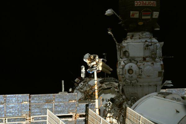 Pjotr s Olegem jsou už mimo stanici v rámci příprav na přílet vědeckého modulu Nauka. Mark jim pomáhá zevnitř a zbytek posádky se soustředí na jejich úkoly. Největší zážitek je ale vidět je za okny stanice. Tady na snímku Pjotr balancuje na konci speciální teleskopické paže Strela, kterou ovládá Oleg. V popředí je k modulu Pirs připojen Progress – ten se postará na závěr své mise o to, že Pirs bude odnesen do atmosféry, kde spolu s Progressem shoří a na jeho místě se připojí Nauka. Zdroj: flickr.com