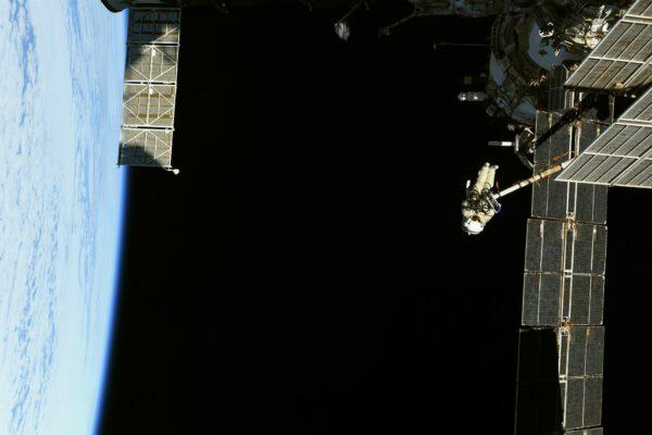 Kosmická vycházka není žádná procházka růžovým sadem. Pjotr s Olegem vstávali brzo ráno a vrátí se až pozdě odpoledne. Při pohledu na Pjotra vysoko nad Zemí se až tají dech. Zdroj: flickr.com