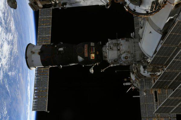 Pohled na Progress během kosmické vycházky. Najdete Pjotra? Zdroj: flickr.com