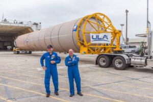 """Astronauti Barry """"Butch"""" Wilmore a Mike Fincke byli u příjezdu raketových stupňů Atlasu V pro jejich misi CFT."""