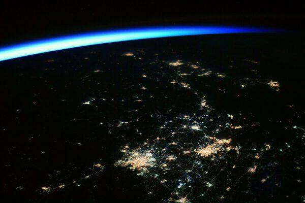 Během naší kosmické vycházky ve středu se počet lidí na oběžné dráze Země rozrostl o 43 %. Na palubě ISS je nás sedm a Čínská kosmická agentura právě vyslala tři na palubu vesmírného modulu Tianhe. Vítejte ve vesmíru Nie Haisheng, Liu Boming a Tang Hongbo :) Nesetkáme se. Nejsme na stejné vesmírné stanici a vesmír je VELMI velký. Ale každý nový let s posádkou je úspěch. Gratulujeme našim čínským kolegům! Všichni tři se bezpochyby budou dívat na svou zemi z vesmíru, proto udělejme totéž a podívejme se na jejich hlavní město Peking a okolí. Zatímco v dáli už zářilo denní světlo, města ještě zářila do noci. V rozlehlé Číně jasně osvětlené metropole ostře kontrastují s černými oblastmi venkova. Zdroj: flickr.com