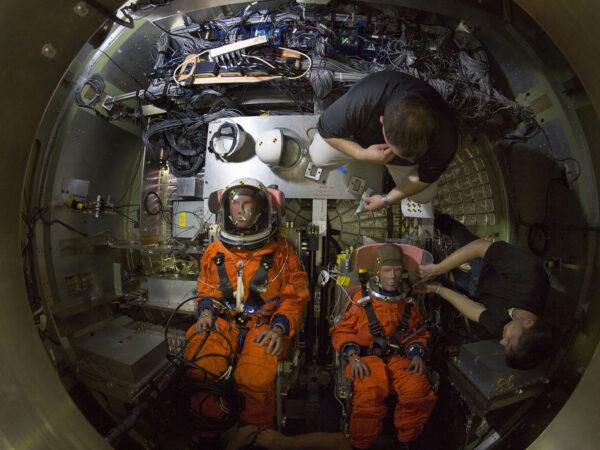 Figuríny známé z crash-testů dostaly senzory a skafandry, než byly usazeny do makety návratové kabiny lodi Orion pro shozové zkoušky do bazénu na Langley Research Center