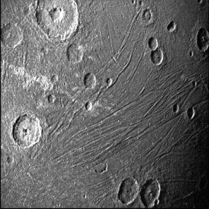 Kamera SRU (Stellar Reference Unit) vyfotila 7. června 2021 noční stranu měsíce Ganymedu, která byla osvětlena pouze světlem odraženým od Jupiteru.
