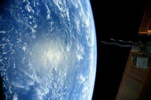 Podívejte na to krásné zakřivení Země a odraz Slunce v oceánu! Takový pohled se nám naskýtá často, protože 71 % povrchu Země je pokryto vodou. Ne náhodou jí říkáme Modrá planeta. Zdroj: flickr.com