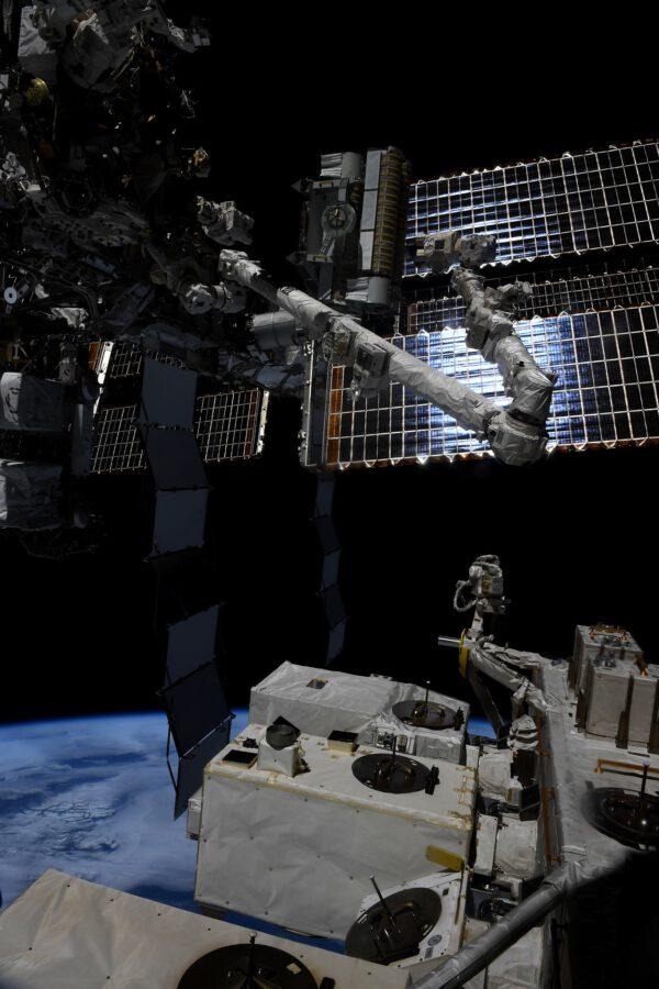 IROSA je zkratka pro nové solární panely (ISS Roll Out Solar Array – lehčí a výkonnější, než původní). Chystáme se je zítra nainstalovat (psáno před první vycházkou do kosmu). Prozatím jsou ještě srolované a zde je vidíme v poloze, kam je přesunul pozemní tým pomocí staniční kanadské robotické paže. Zdroj: flickr.com