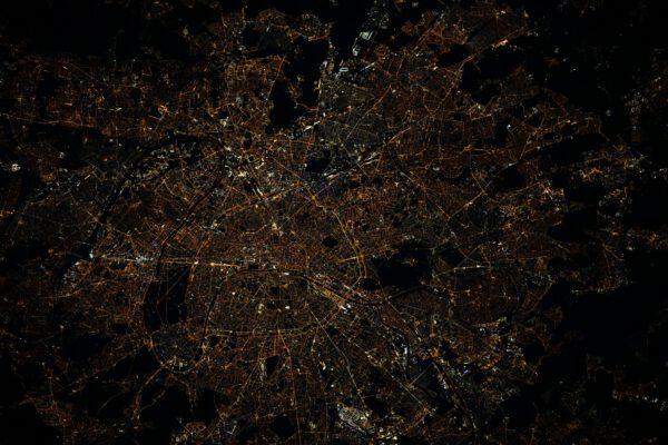 Nyní, když se situace v naší zemi (naštěstí nejen Francii po další vlně nemoci Covid 19) vrací do normálu, není špatné se poohlédnout, jak vypadají staré dobré pařížské terasy a restaurace. Představuji si všechny ty Pařížany v ulicích, kteří ochutnávají znovunalezenou svobodu po nočních zákazech vycházení. Musí to být úžasná atmosféra! Mějte krásné léto a buďte opatrní. Zdroj: flickr.com